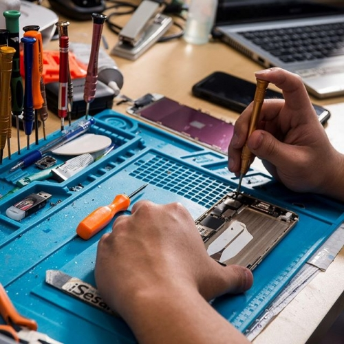 Your phone could be more fixable than you think. Battery draining? Cracked screen? Water damage? Come and see the technicians at Gadget Geeks today! . . . #mobilephone #mobilephonerepair #phonerepair #brokenphone #gadgetgeeks #gadgets #lakelandsshoppingcentre #lakelands #byISPT