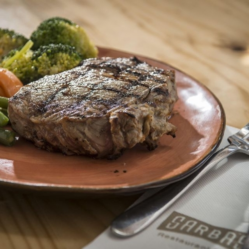 What's better than family steak night? Steak at @sarbas_italian_lakelands, of course! Dig in to their succulent steak that's fit to please even the biggest of appetites 👌🏽 . . . #lakelands #lakelandsshoppingcentre #steak #meat #meatcut #sarbas #sarbasitalian #sarbasitalianlakelands #byISPT